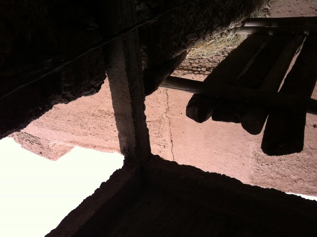 اسرة باخشاع تعيش تحت سقف منزل مهدد بالسقوط