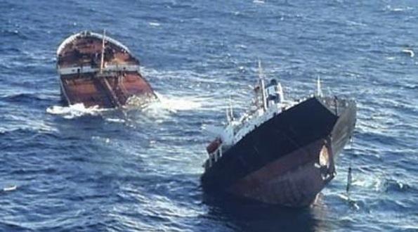 حادث تصادم سفينتي صيد قرب مدخل ميناء الداخلة و خسائر في الارواح
