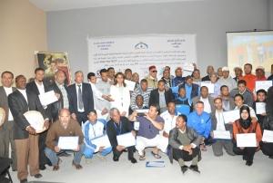 صورة تذكارية جماعية للمستفيدين من الدورة التكوينية بعد تسلمهم شواهد المشاركة