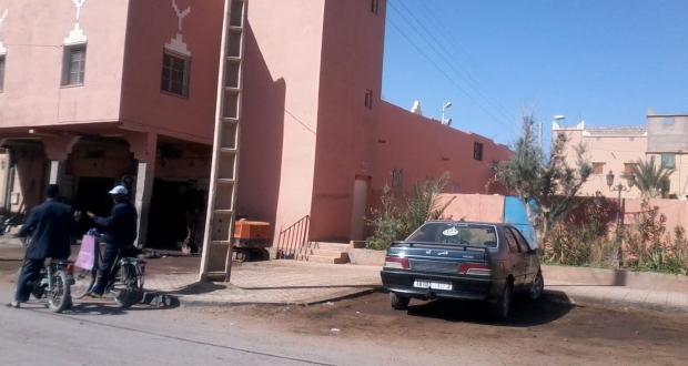 """ميكانيكي يسيء إلى محيط """" مسجد الخير """" بحي مولاي رشيد بزاكورة"""
