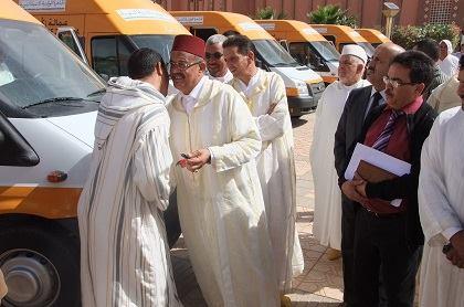 عامل زاكورة يشرف على توزيع سيارات النقل المدرسي