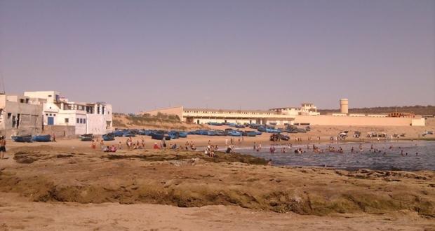شاطئ تفنيت .. تلوث واكتظاظ في ظل إهمال المسؤولين