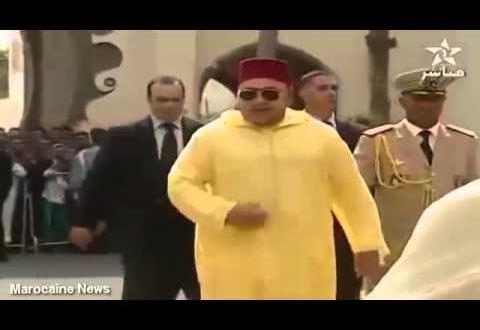 لقطة لإرتباك حرس الملك عند خروجه من المسجد