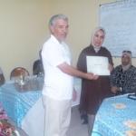 نائب رئيس جمعية حي التمور يقدم شهادة تقديرة للسيدة خديجة