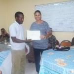 عضو مكتب الجمعية يقدم شهادة تقديرية للسيدة حنان