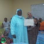 السيدة مديرة مركز التربية والتكوين تسلم شهادة تقديرية للمكونة السيدة حنان الناجي