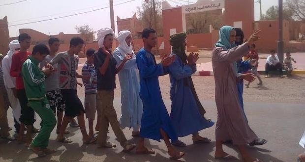 طلاب المحاميد الغزلان يرشقون قائد المنطقة بالحجازة في مظاهرات مطالبة بمأذونية النقل