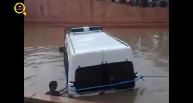 سيارة القوات المساعدة تغرق في فيضانات أكادير