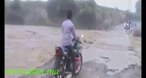 متهور يلقى حتفه بعدما جرفته السيول مع دراجته
