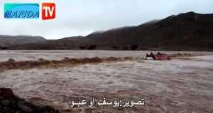 فيديو: سائق شاحنة ومساعده عالقان وسط الفيضانات بتنغير