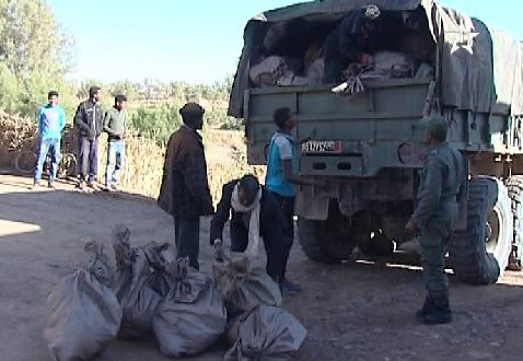 فيديو: مروحيات الدرك وشاحنات الجيش تنقل مساعدات لساكنة محاميد الغزلان
