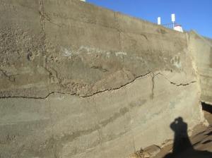 تصدع وانكسار قنطرة حديثة البناء  بالطريق الوطنية رقم 12 بزاكورة )&