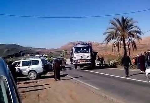 إنقلاب شاحنة بالتوامة يتسبب في شلل حركة السير بين مراكش وورزازات