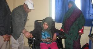 جمعية الأشخاص المعاقين بزاكورة تنمح كرسي متحرك الكتروني ممتاز لتلميذة في وضعية إعاقة بالثانوية أولاد يحي لكراير