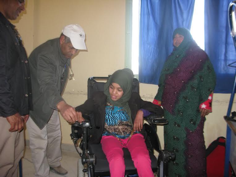 جمعية الأشخاص المعاقين بزاكورة تنمح كرسي متحرك الكتروني ممتاز لتلميذة في وضعية إعاقة بالثانوية أولاد يحي لكراير-2