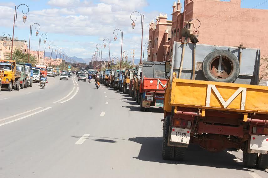 سائقو شاحنات نقل الرمال بزاكورة يحتجون على مصادرة شاحنة-1