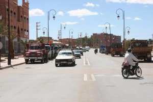 سائقو شاحنات نقل الرمال بزاكورة يحتجون على مصادرة شاحنة-3