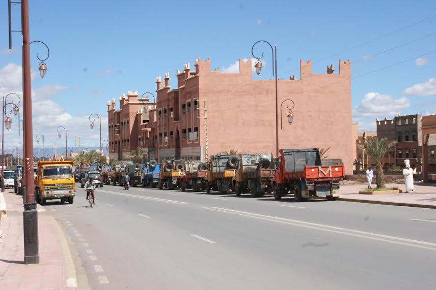 سائقو شاحنات نقل الرمال بزاكورة يحتجون على مصادرة شاحنة