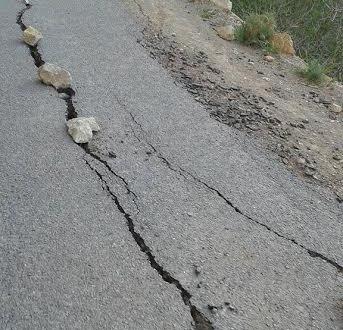 تنغير: تشققات على  الطريق باغيل نمكون تهدد سلامة مستعمليه والساكنة  تطالب باصلاحها