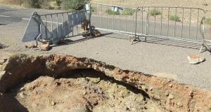 """زاكورة: حفرة بالطريق الوطنية رقم""""12″ تهدد سلامة مستعمليها في غياب للمسؤولين"""
