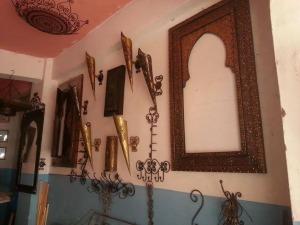 فضاء واسع من المنتجات التراثية بورشة المعلم بركة للصناعة التقليدية بزاكورة-1