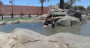 في ظل غياب المسابح أطفال زاكورة يسبحون في النافورات.