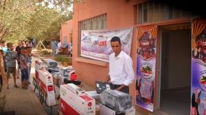 عامل الإقليم يشرف على عملية توزيع معدات إلكترونية -2