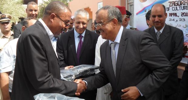 زاكورة: عامل الإقليم يشرف على عملية توزيع معدات إلكترونية