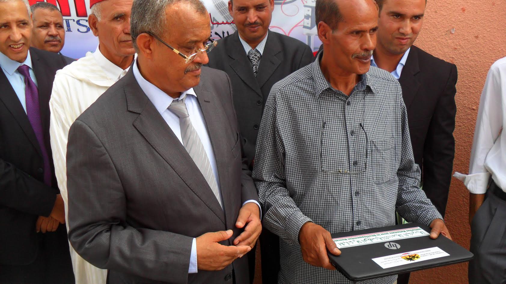 عامل الإقليم يشرف على عملية توزيع معدات إلكترونية -7