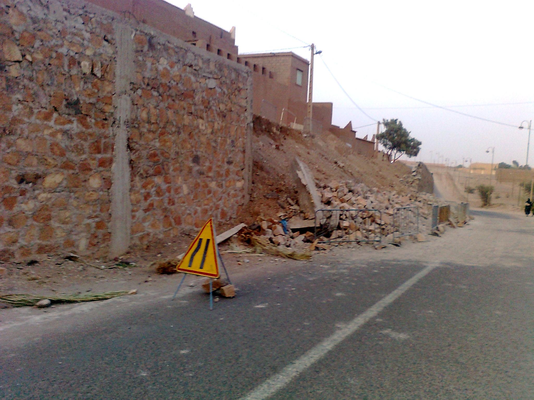 انيهار ما يقارب من 15 متر من حائط اسمنتي لم تنته الأشغال به بعد بأمزرو