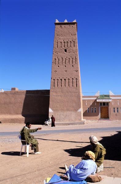 من ينقذ البرج التاريخي المشهور، المهدد بالسقوط ، بقصر اولاد إدريس بامحاميد الغزلان