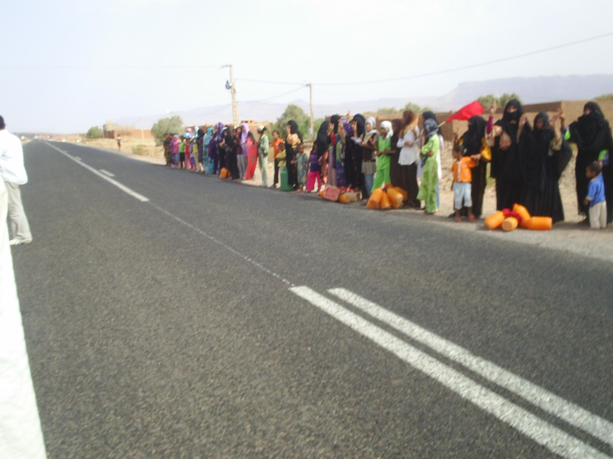 زاكورة : سكان ملال بجماعة ترناتة يتظاهرون من اجل الماء الشروب ويستنجدون بجلالة الملك