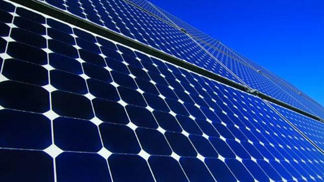 الملك يعطي انطلاقة إنجاز المحطة الأولى لمركب الطاقة الشمسية بورزازات