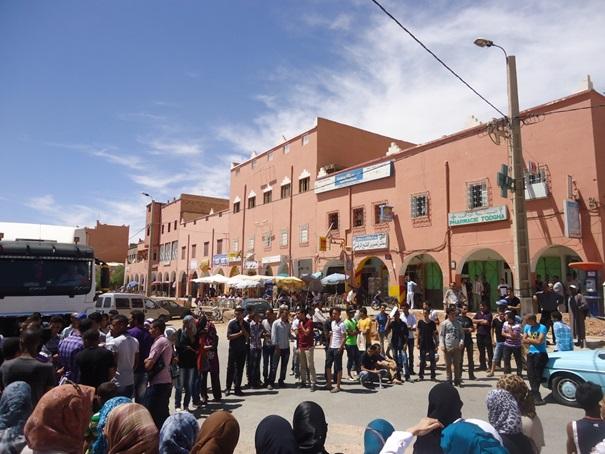 طلبة تنغير يخوضون اعتصاما على الطريق الرئيسية للمطالبة بسندات النقل