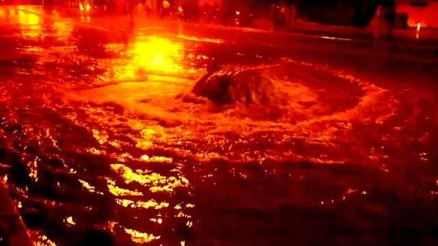 """نافورة """"قادوس"""" الصرف الصحي بشارع بمراكش بعد أمطار كثيفة"""