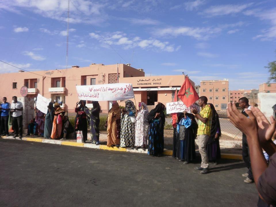 نساء أولاد يحيي يرابطن أمام مقر الدرك بدائرة أكدز