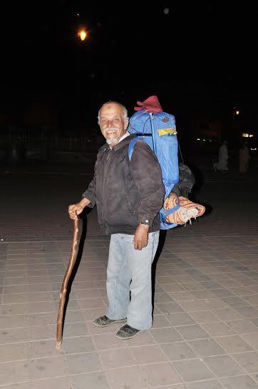 شيخ في الستينيات من عمره يقطع 200 كلم من مراكش الى ورزازات مشيا على الاقدام