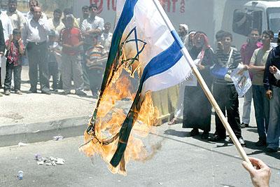 العلم الصهيوني يحرق بالدشيرة