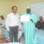 رئيس جمعية حي التمور يقدم شهادة تقديرية لمديرة مركز التربية والتكوين