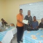 امين جمعية حي التمور يقدم شهادة تقديرية للسيدة لطيفة بوراس