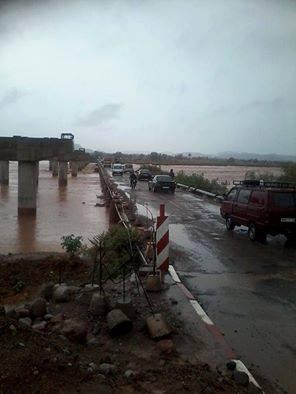 أمطار قوية تتسبب في قطع طرقات إقليمية ووطنية