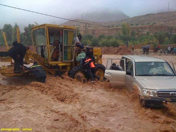 الوقاية المدنية بتنغير تنقد 3 سياح وسائق من غرق محتوم في واد أزلاك
