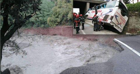 """إنهيار بالطريق رقم 9 يقطع الطريق أمام جنازة سائق حافلة """"دنيا غزالة"""""""