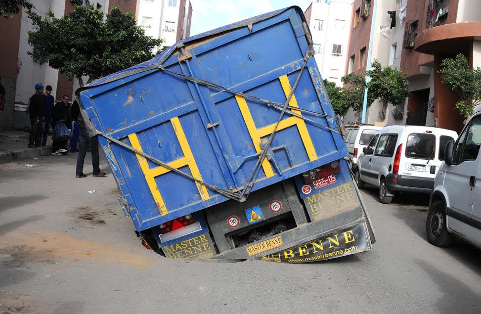 صور: حادثة غريبة لشاحنة تغوص في الطريق بالدار البيضاء