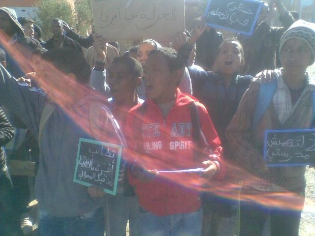 واد دادس والتهميش يخرجان ساكنة أفرى للاحتجاج أمام مقر جماعة إدلسان بإقليم ورزازات