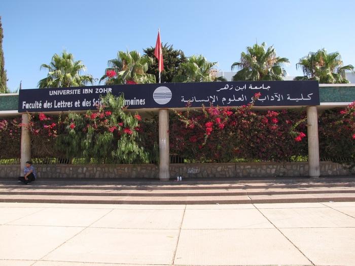 طالب صحراوي ينزع أوراق الإمتحان من طلبة أثناء إجتياز امتحان بكلية الآداب بأكادير