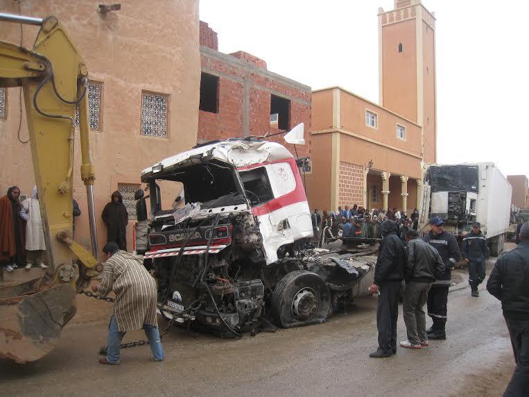 بومالن دادس:حادثة مؤلمة.. شاحنة تصطدم بمنزل وتقتل رجلاً عائداً من صلاة الفَجْر