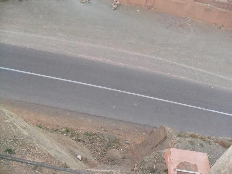 جبل مهدد بالانهيار يشكل خطراً على الطريق الوطنية رقم 9