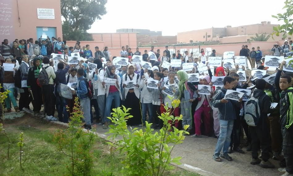 """تلامذة الثانوية الإعدادية سيدي احمد بنعلي بزاكورة يرفعون شعار """"أستاذي راك عزيز"""""""