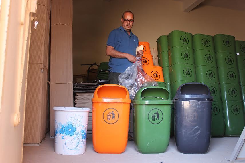 """""""لأجل زاكورة مدينة نظيفة """" جمعية أصدقاء البيئة توزع حاويات للنفايات"""